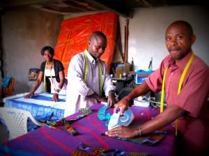 An das Arbeiten mit Schnittmüstern mussten sich Roy Matita, Karlos Sivaminya und Julienne Sikayako erst gewöhnen. Foto: judi