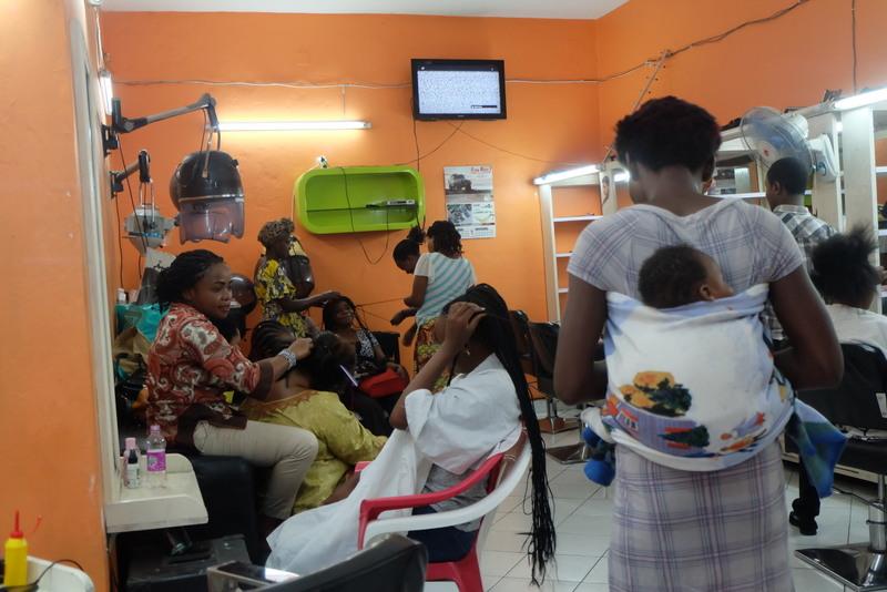 Im Friseursalon in Goma geben manche einen ganzen Monatslohn aus. Foto: JR
