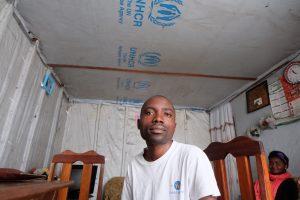 Lehrer Bayomba Muhindo hat sein Wohnzimmer mit Plastikplanen vor dem Regen abgedichtet. Foto: JR