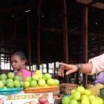 Die Obsthändlerin Adisa Sifa muss ihre Ware in Dollar bezahlen. Deshalb verdient sie fast nichts mehr. Foto: JR